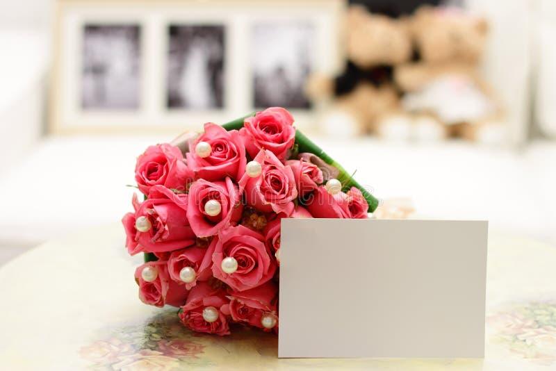 Roze Rozen met Lege Nota stock afbeelding