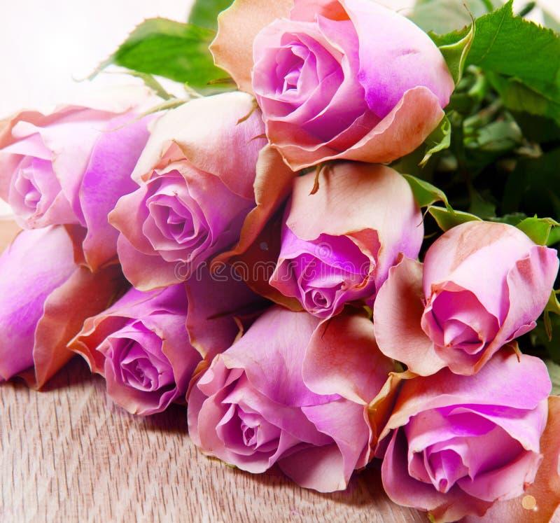 Roze rozen op houten achtergrond royalty-vrije stock afbeeldingen