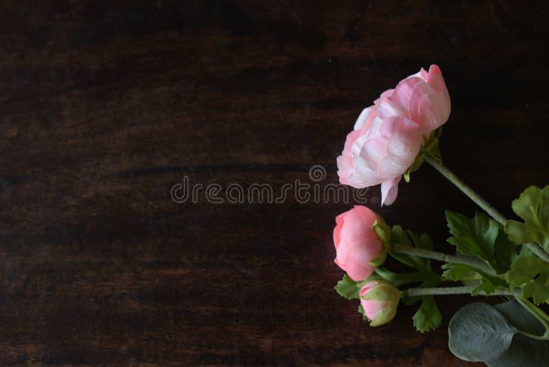 Roze rozen op houten lijst, de Dag van Valentine s, liefde stock foto