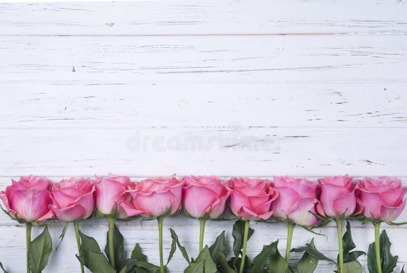 Roze rozen op witte houten achtergrond met exemplaarruimte Hoogste mening royalty-vrije stock foto's