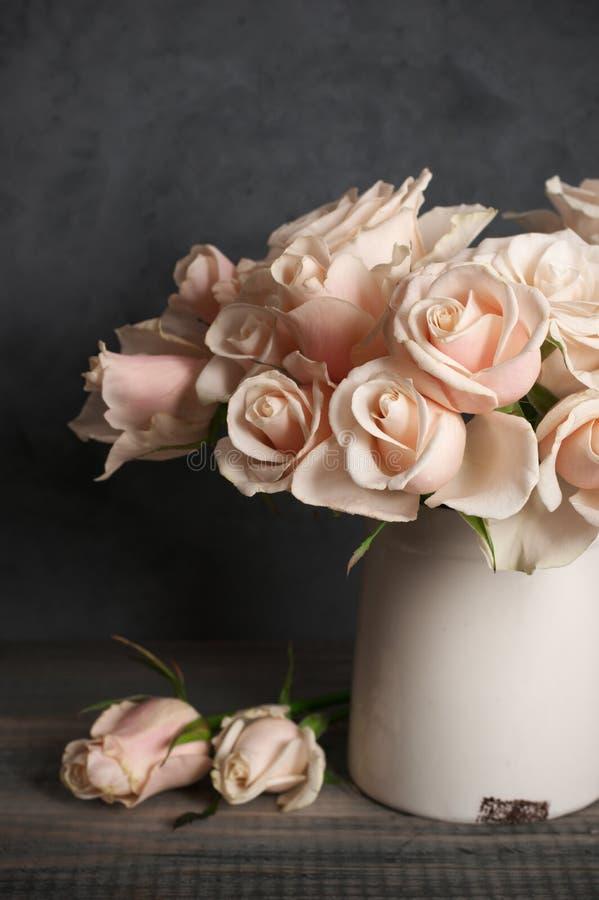 Roze rozen in uitstekende vaas royalty-vrije stock foto's