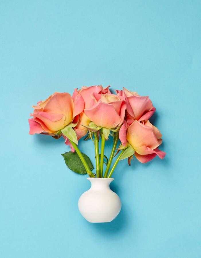 Roze rozen in witte vaas royalty-vrije stock afbeelding