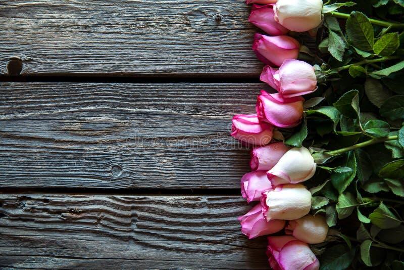 Roze rozenboeket over houten lijst Hoogste mening met exemplaarruimte Bloemen royalty-vrije stock afbeelding