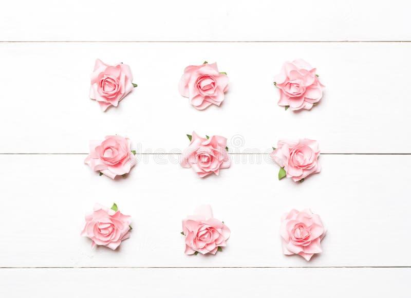 Roze rozennet op witte houten lijst royalty-vrije stock fotografie
