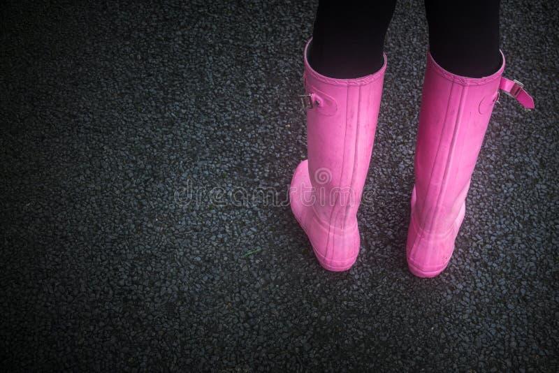 Roze rubberlaarzen stock afbeeldingen