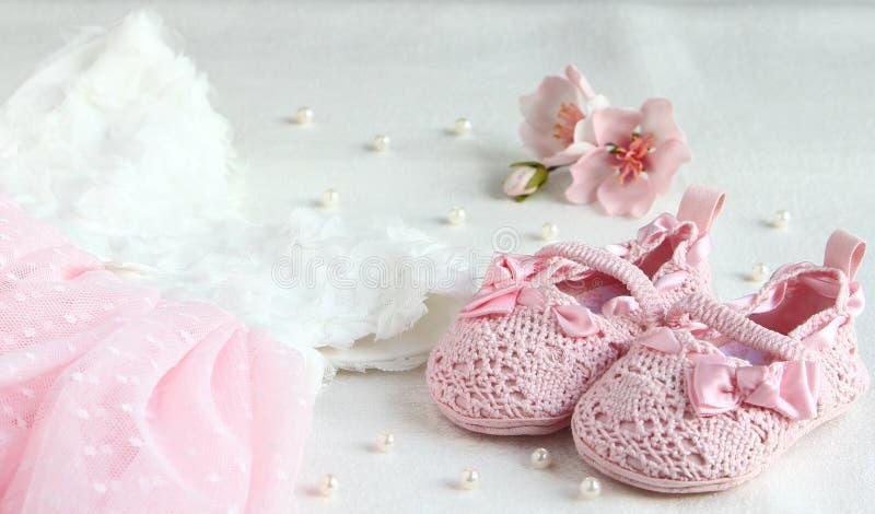 Roze schoenen, kleding en verband op zijn hoofd voor een kleine prinses stock foto's