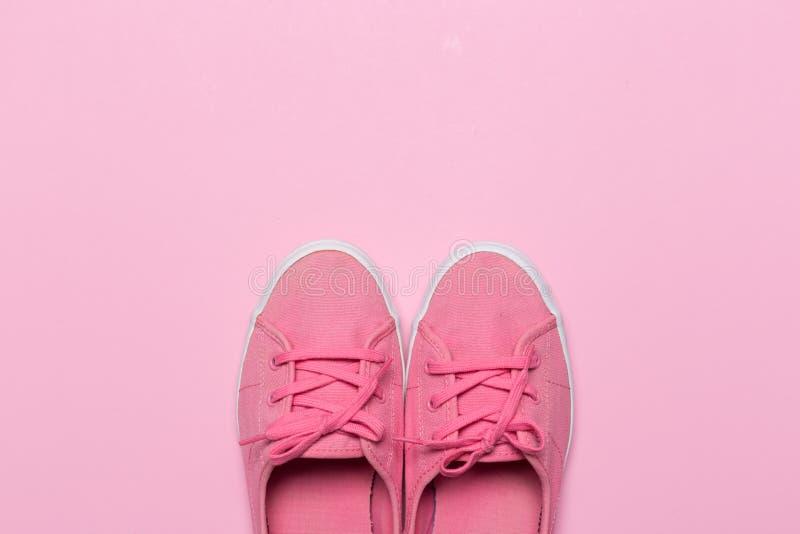 Roze schoenen op een pastelkleurachtergrond Hoogste mening royalty-vrije stock foto