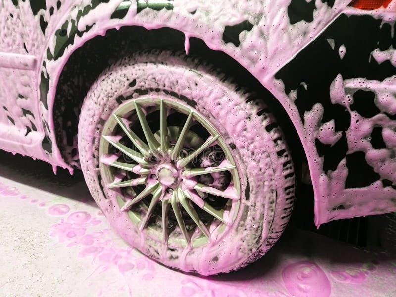 Roze schuim in autowasserette stock afbeeldingen