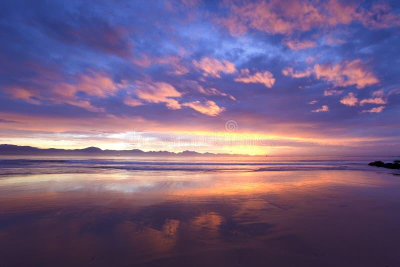 Roze schuine strepen at low tide royalty-vrije stock afbeelding