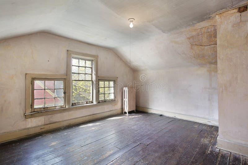Roze slaapkamer in oud verlaten huis stock foto for Oud roze accessoires huis