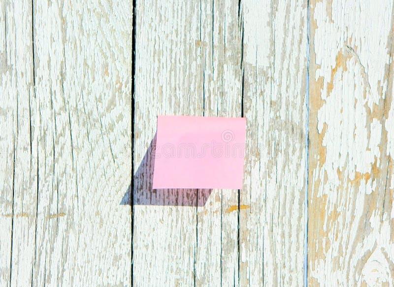 Download Roze Sticker Op Oude Houten Achtergrond Textuur Van Witte Geschilderde Raad Stock Afbeelding - Afbeelding bestaande uit spatie, barst: 114227739