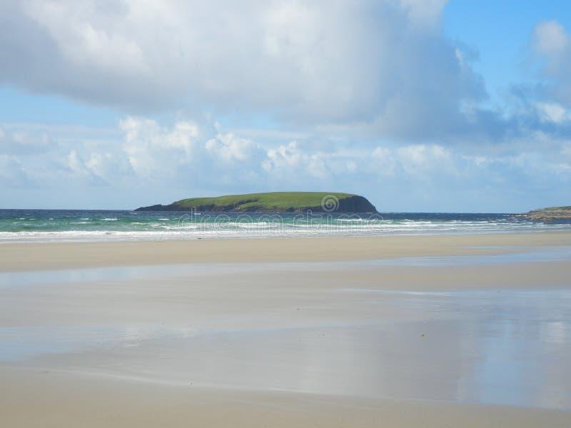 Roze strand en blauwe hemel in Ierland stock foto's