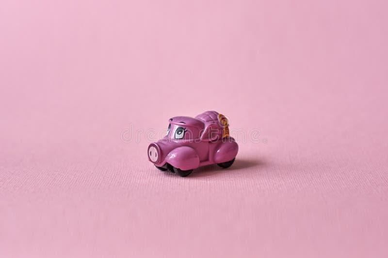 Roze stuk speelgoed auto die producten op een roze achtergrond leveren Prentbriefkaar 14 Februari, de Dag van Valentine De leveri royalty-vrije stock afbeelding