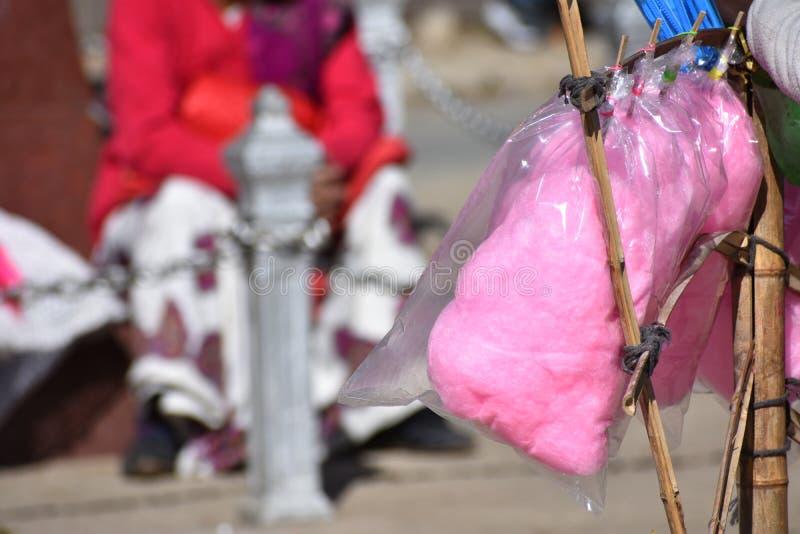 Roze Suikergoedzijde - Gesponnen suiker voor verkoop in een bezige straat stock afbeeldingen