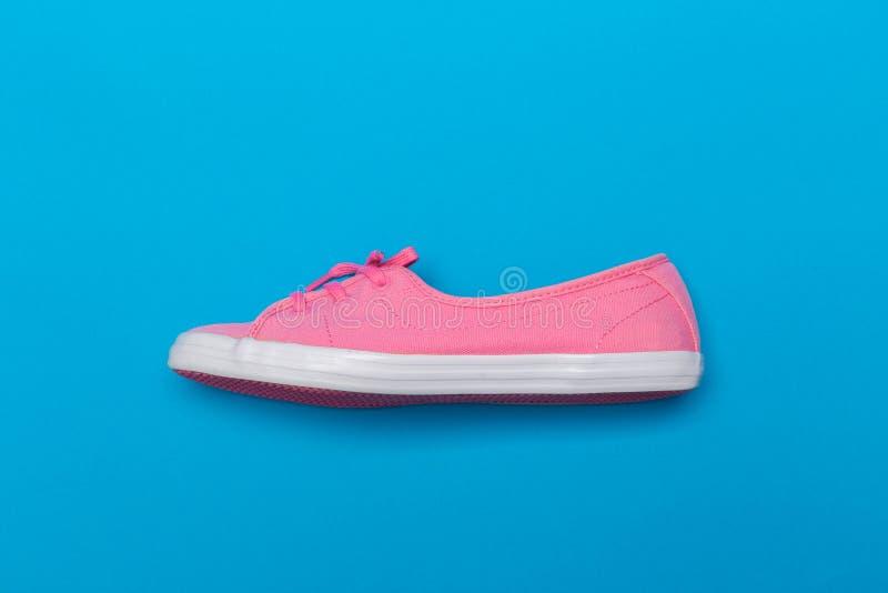 Roze Tennisschoenen op blauw foto Binnenlandse affiche stock fotografie