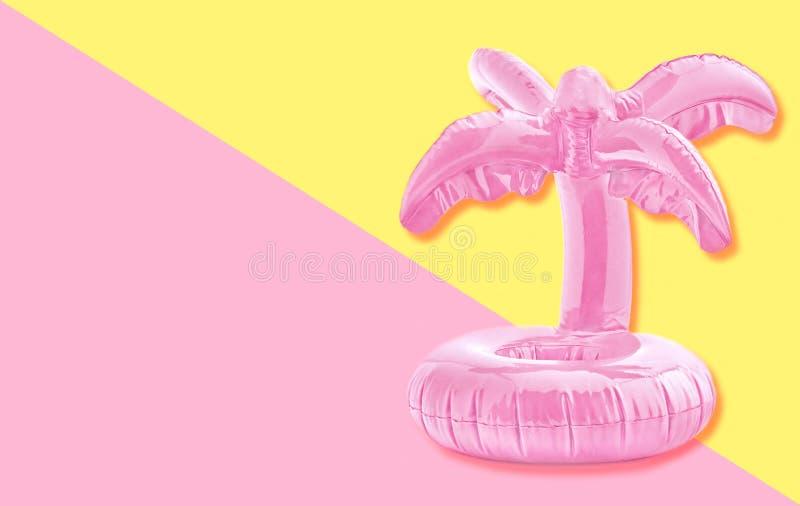 Roze tropisch opblaasbaar palmstuk speelgoed op pastelkleurdocument achtergrond In minimaal de zomerconcept royalty-vrije stock afbeeldingen