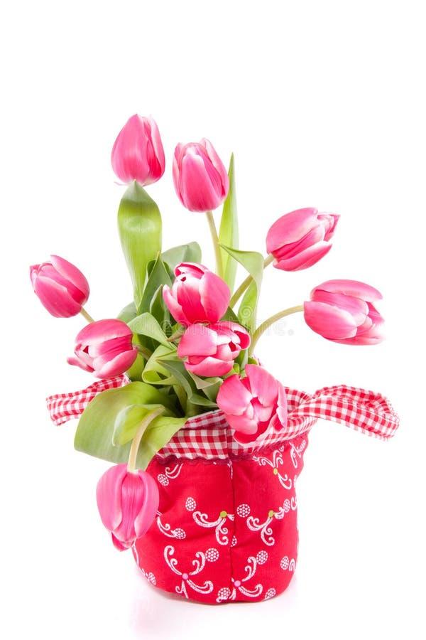 Roze tulpen in een rode zak stock fotografie