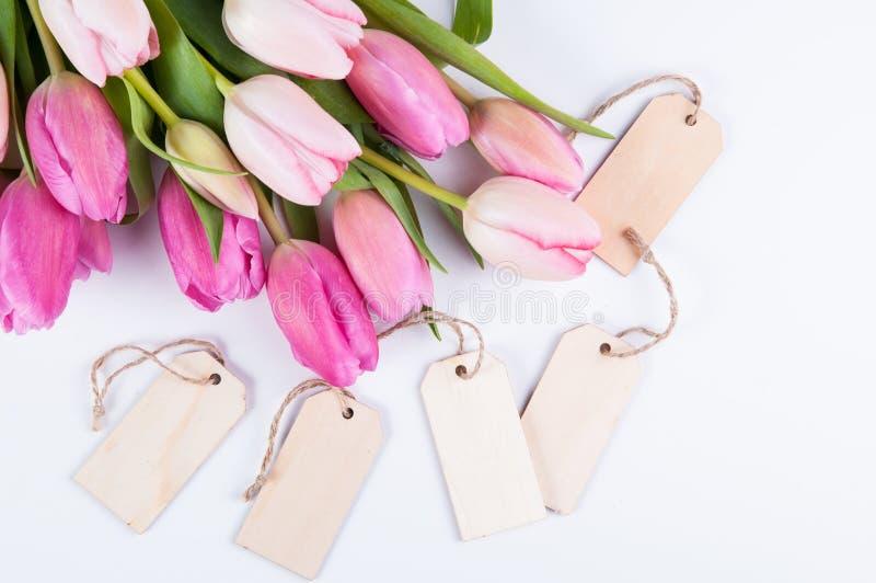Roze tulpen en markeringen stock foto