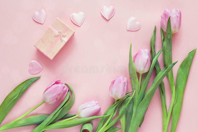 Roze tulpen, harten en giftdoos op rooskleurige achtergrond Hoogste meningswi royalty-vrije stock foto's