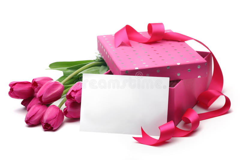 Roze tulpen, lege kaart en giftdoos stock foto