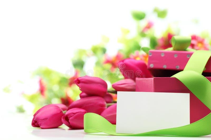 Roze tulpen, lege kaart en giftdoos stock afbeeldingen