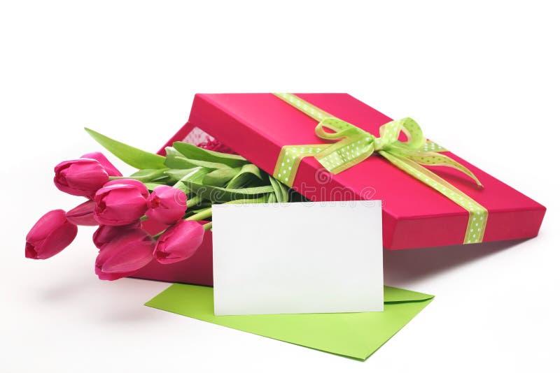 Roze tulpen, lege kaart en giftdoos royalty-vrije stock foto