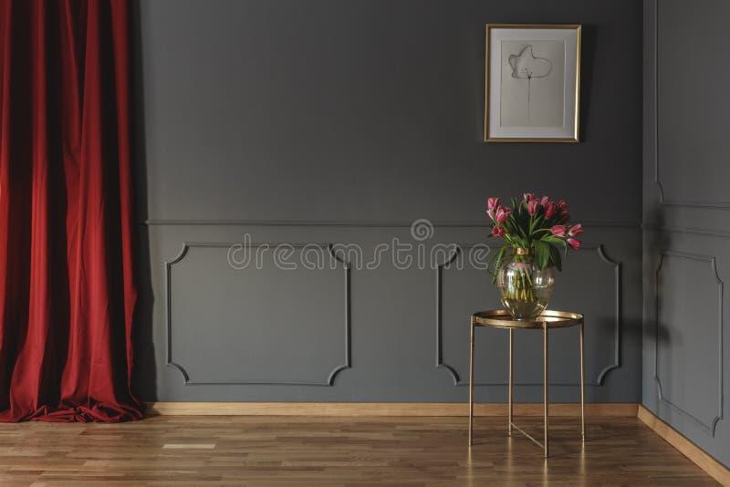 Roze tulpen op een gouden lijst in de hoek van luxueuze inter stock fotografie