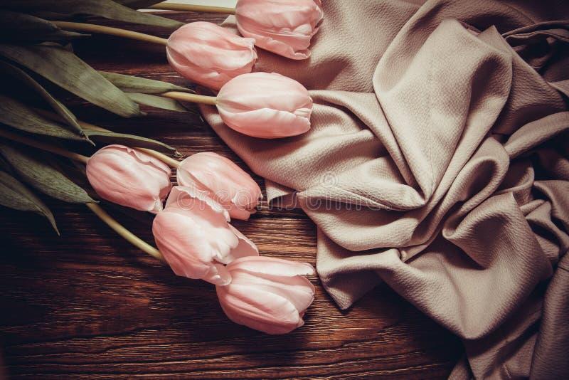 Roze tulpen op houten achtergrond stock foto