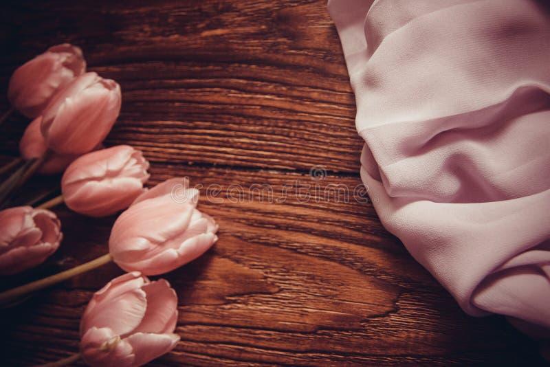 Roze tulpen op houten achtergrond stock foto's