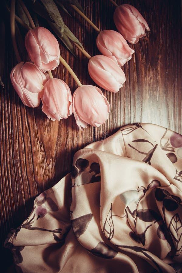 Roze tulpen op houten achtergrond stock fotografie