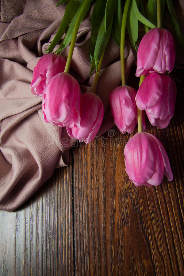Roze tulpen op houten achtergrond royalty-vrije stock fotografie