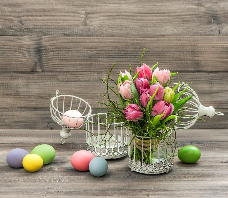 Roze tulpenbloemen en gekleurde paaseieren Retro stijlbeeld stock foto's
