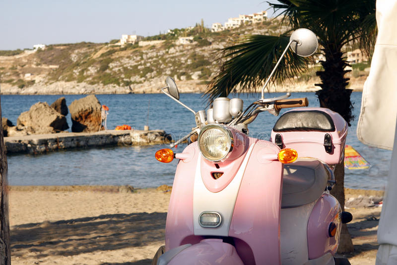 Roze Vespa-autoped stock afbeelding