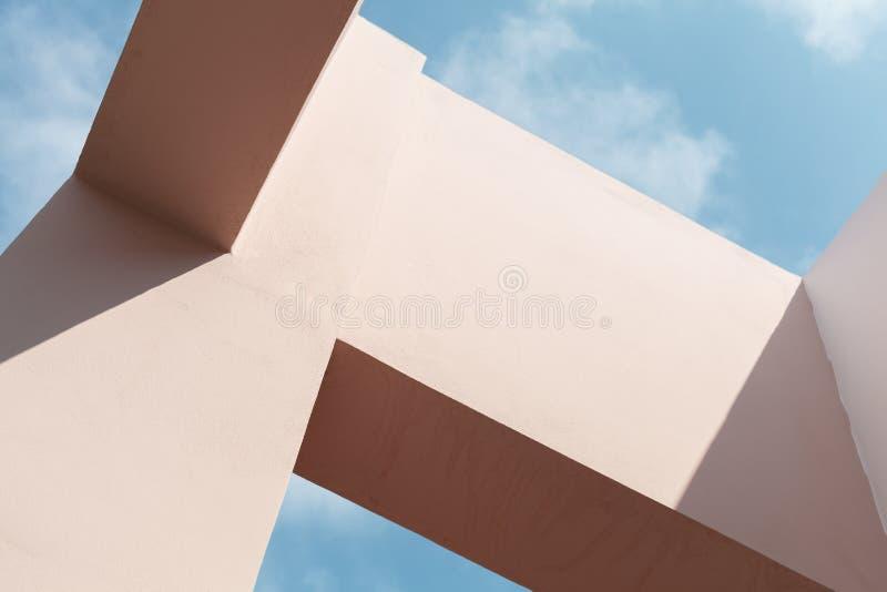 Roze voorgevelstructuren onder blauwe hemel royalty-vrije stock foto's