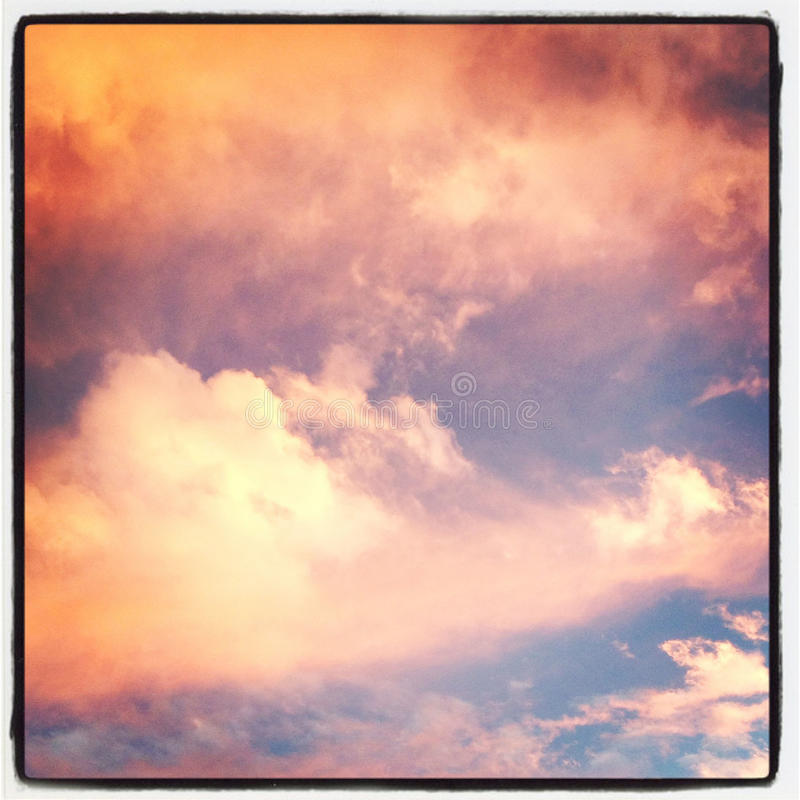 Roze Wolken in de Stad van New York stock fotografie