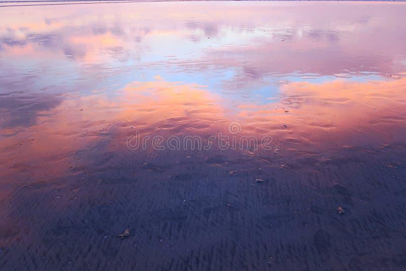 Download Roze Wolkenbezinning In Nat Zand Van Kuta-strand, Bali Stock Foto - Afbeelding bestaande uit nave, silhouet: 107707978
