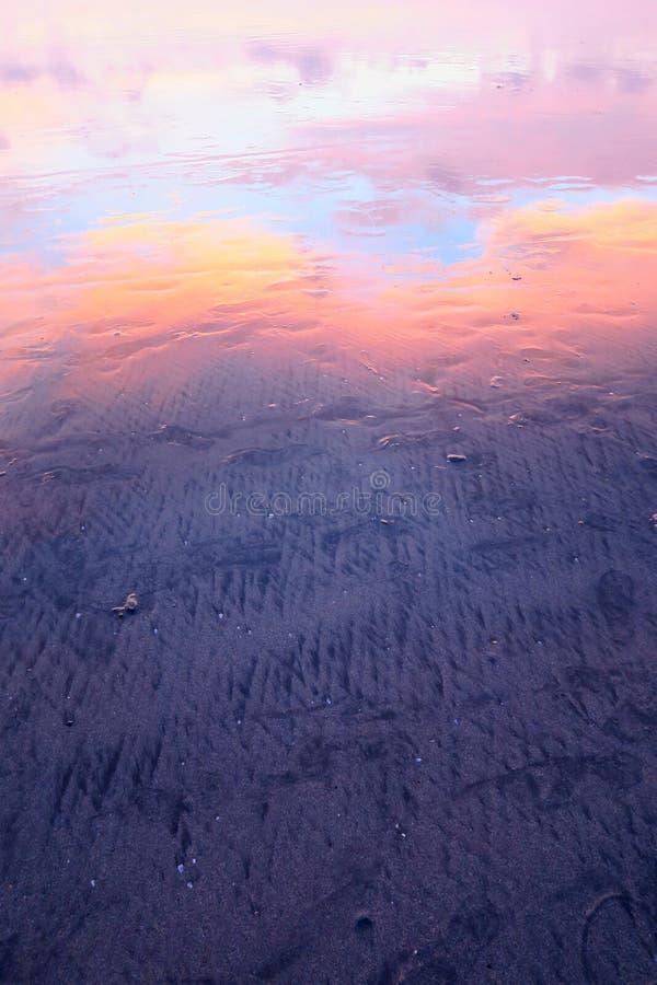 Download Roze Wolkenbezinning In Nat Zand Van Kuta-strand, Bali Stock Foto - Afbeelding bestaande uit overzees, eiland: 107707982