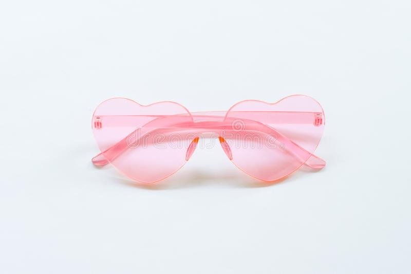 Roze zonnebril op witte achtergrond stock foto