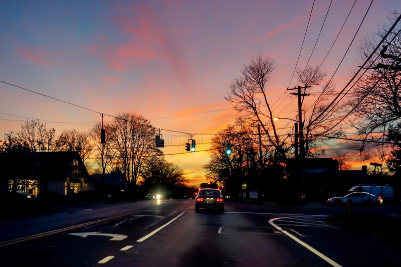 Roze zonsondergang op de weg aan Hamptons, New York stock afbeeldingen