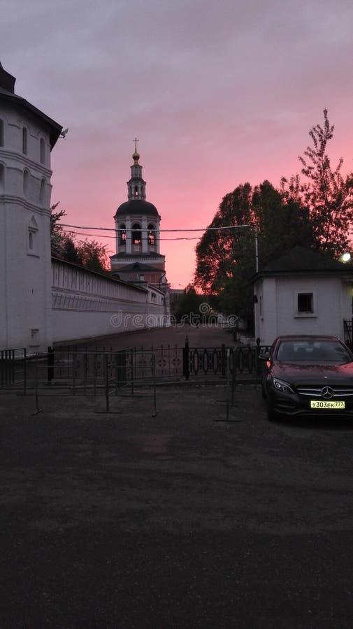 Roze zonsondergang in stad stock foto