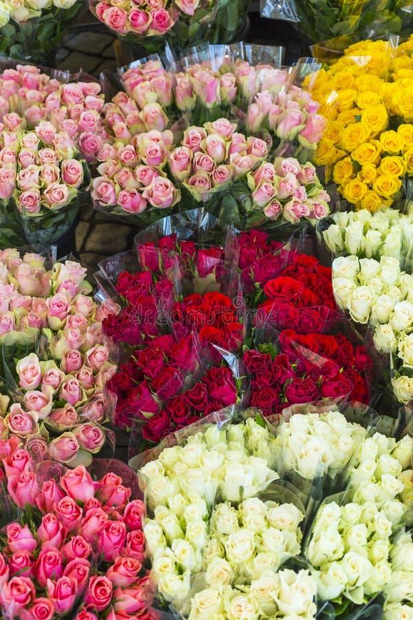 Rozen bij de markt die van de nachtbloem worden aangeboden royalty-vrije stock afbeelding