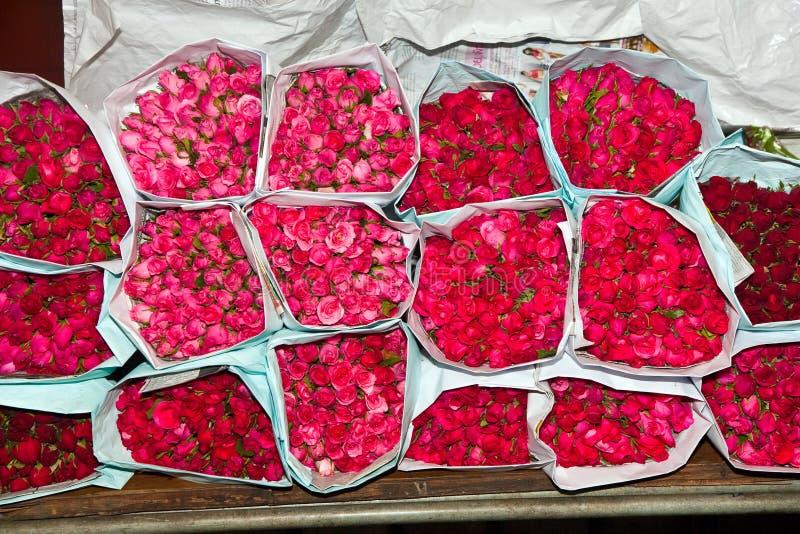 Rozen die bij de bloemmarkt worden aangeboden stock fotografie