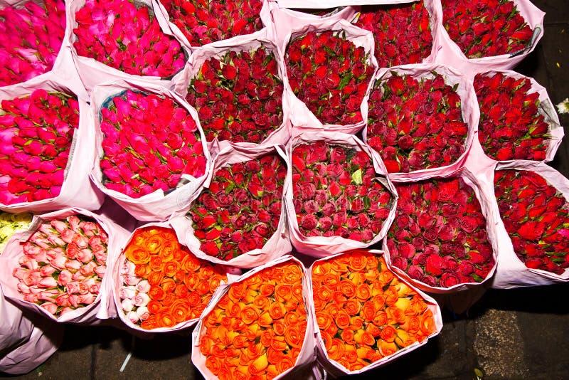 Rozen die bij de bloemmarkt worden aangeboden royalty-vrije stock fotografie