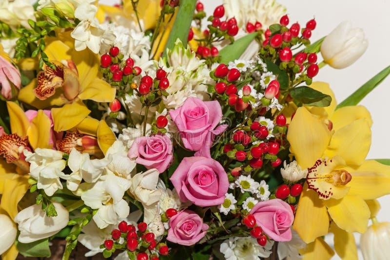 Rozen en orchideeën royalty-vrije stock foto