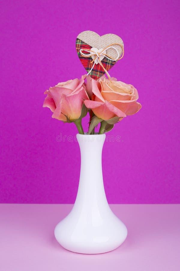 Rozen in vaas en harten voor de Dag van Valentine ` s stock afbeelding