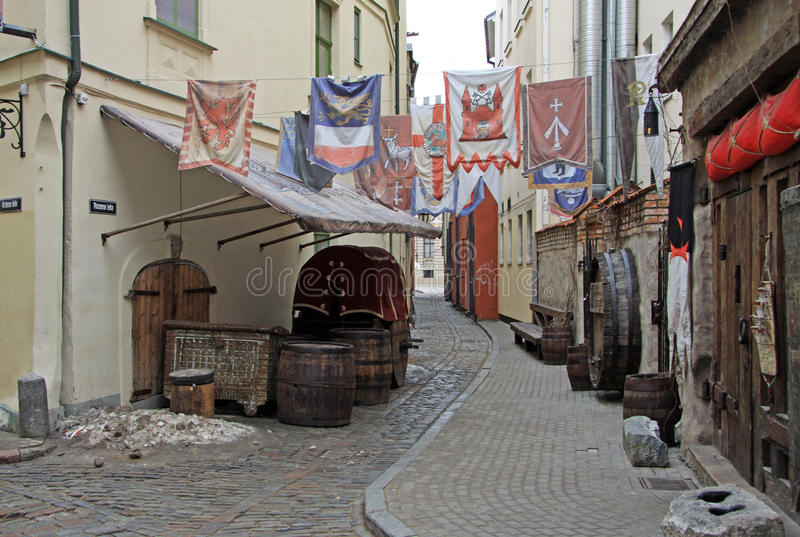Rozena gata i gotisk stil i gamla Riga, Lettland royaltyfri foto
