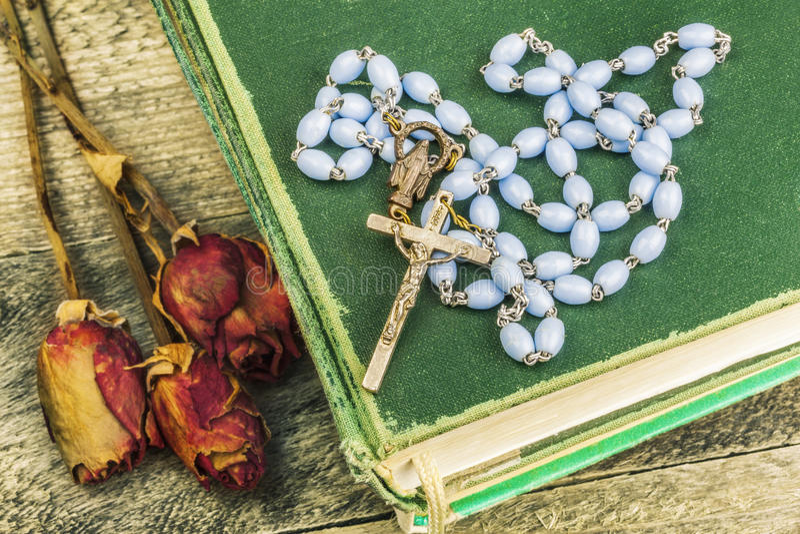 Rozentuin, bijbel en droge rozen op de lijst royalty-vrije stock afbeelding