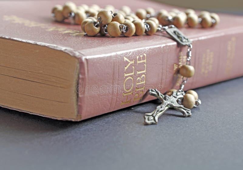 Rozentuin en Bijbel stock foto's