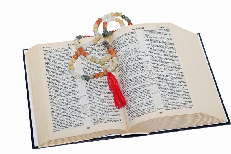Rozentuin en een heilige bijbel stock afbeelding