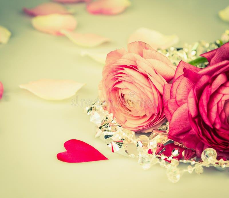 Rozerode rozen met hart en glasparels, liefdekaart stock afbeeldingen